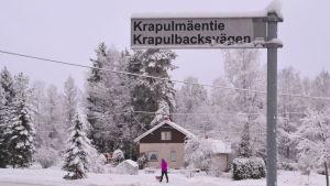Krapulbacksvägens vägskylt i Liljendal.