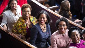Fem färggranna demokratiska kvinnor vid invigningen av kongressperioden