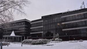 Salo IoT Campus, en brun byggnad i ett snöigt landskap.