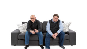 Jani ja Simo istuvat sohvalla.