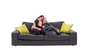 Inka ja Olli-Pekka halailevat sohvalla.