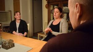 Beatrice Andersson och Kim och Nina Bergström sitter och pratar vid ett bord.