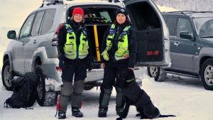Susanne Bengtsson och Hilde Løvhaug med en av de lavinhundar som ska deltar i sökarbetet.