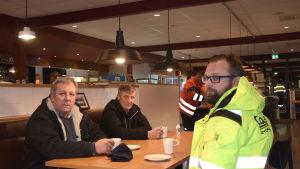 Till vänster Bengt Ahtola, längst till höger Kim Ahtola tidigare respektive nuvarande ägare på byggföretaget Contrak.