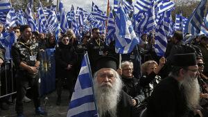 Präster, unga nationalister och äldre kvinnor i demonstrationståget mot namnavtalet med Makedonien i Aten 20.1.2019.