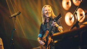 J. Karjalainen soittaa kitaraa.