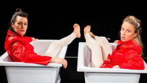 """I pjäsen """"Alla får vara"""" hyllas kroppen. På scenen Annika Åman och Alexandra Mangs."""