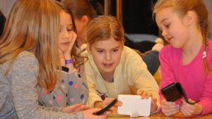 Mobiltelefonen spelar en viktig roll i skoloperan Djurens planet.