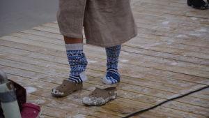 En person med isiga sockor på en brygga.
