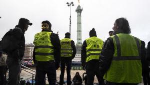 """En liten grupp demonstranter med gula västar protesterade mot de """"röda sjalarna"""" vid Bastiljen"""