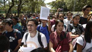 Studenter som deltog i demonstrationen utanför universitetet i Caracas onsdagen 30.1.
