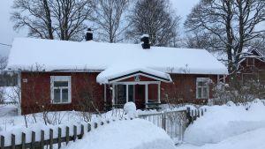 Rött hus med vita knutar.