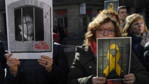 Demonstranter i Barcelona (1.2.2019) håller upp bilder av de fängslade separatisterna.