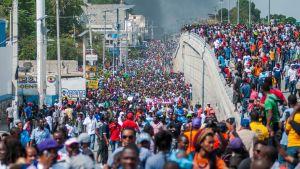 De nu aktuella protesterna började på torsdagen med ett stort demonstrationståg.
