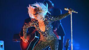 Bild på Lady Gaga som uppträder på Grammy-galan 2019.