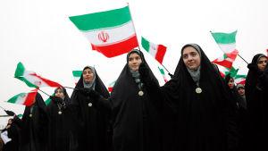 Även kvinnliga studenter klädda i chadori deltog i festligheterna i Teheran