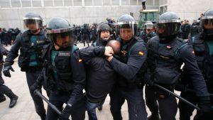Kravallpolis griper en man utanför en vallokal i Barcelona
