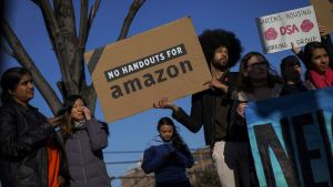 Aktivister och lokalinvånare demonstrerar mot Amazons plan att bygga sitt huvudkontor i Queens
