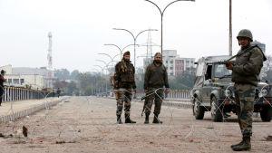 Indien utlyste utegångsförbud  i stora delar av Kashmir efter terrorattacken den 14 februari