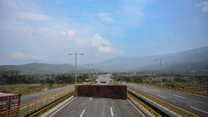containrar blockerar gränsbron Tidenditas mellen Venezuela och Colombia