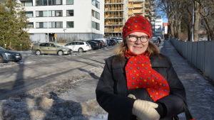 Una Fröberg står på sin hemgata Kuppisgatan.