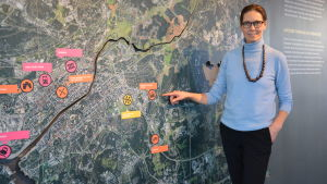 Minna Karhu framför en framtidskarta av Åbo.