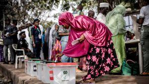En ung kvinna lägger sin röst i Yola, delstaten Admawa i nordöstra Nigeria.