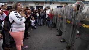 Militären hejdar venezuelaner som försöker ta sig in i Colombia via Urena.