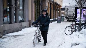Jussi Halla-aho taluttaa pyörää