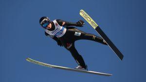 Maren Lundby svävar genom luften till VM-guld i backhoppning.