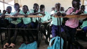 kenianska skolbarn i skolklass