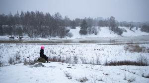 Li Andersson istuu kivellä