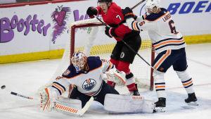 Mikko Koskinen och Adam Larsson i Edmonton försöker få stopp på Ottawas Brady Tkachuk.