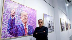 Den albanska konstnären Avni Delvina har målat 50 idolporträtt av Donald Trump.