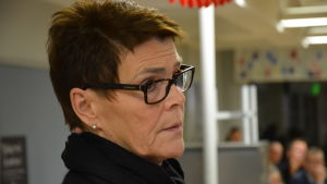 Elise Kurtén, en dam med mörkt hår och glasögon med mörka skalmar, är rektor för Sirkkala skola i Åbo.