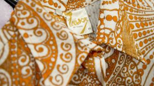 Polyesteripaidan lappu, jossa lukee Made in Sweden.