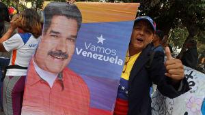 Människor demonstrerar på den internationella kvinnodagen 8.3.2019 och visar samtidigt sitt stöd för den legitima presidenten Nicolás Maduro