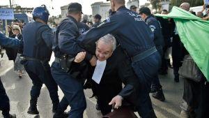 Polisen angrper protesterande jurister och journalister i Alger 7.3.2019