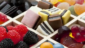 närbild på sötsaker, lösgodis, engelsk lakrits, gelehallon.