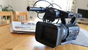 En videokamera står på ett bord.