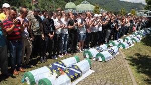 Begravning av nyligen identifierade kroppar vid 23 årsdagen för massakern i Srebrenica.