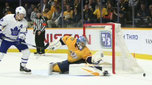 Pekka Rinne räddar ett skott i matchen mot Toronto.