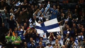 Finländska ishockeyfans under match.