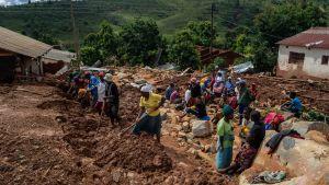 Människor letar efter kroppar i Chimanimani, Mocambique 19.3.2019
