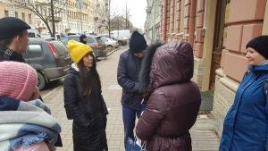 Miljöaktivister står samlade i en grupp i Sankt Petersburg