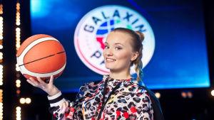 Galaxin pallon Ella Tarmo poseeraa lentopallon kanssa.