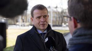 Valtiovarainministeri Petteri Orpo Ylen haastattelussa Turun yliopistolla.