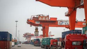 Lastbilar och containrar på fraktstationen i Xian i Shaanxi i Kina.