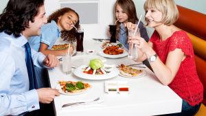 familj äter middag på retaurang
