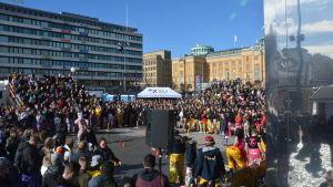 Studerande firar Pampas nationaldag på Vasa torg.